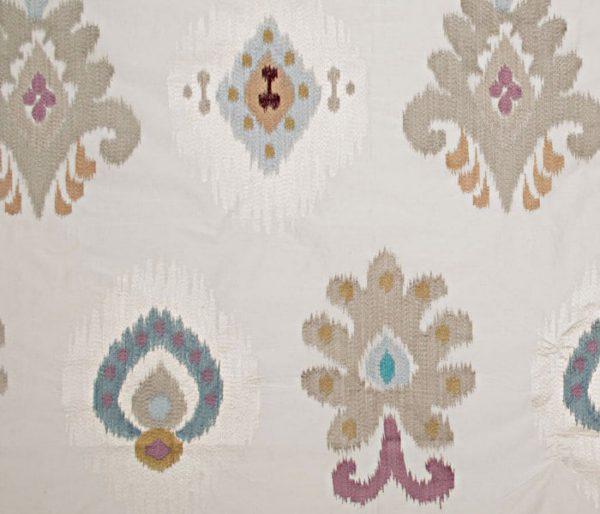 Tissu d'ameublement imprimé et brodé