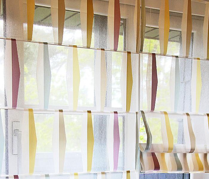 Voilage brodé de bandelettes multicolores