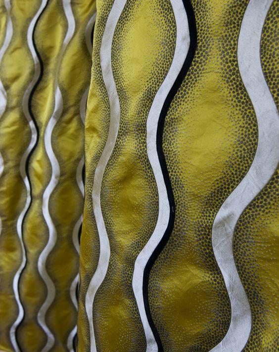 Satin imprimé de motifs ondulants