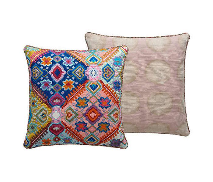 Coussin brodé de motifs multicolores