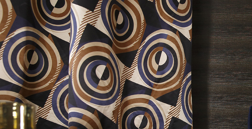 Rideaux aux motifs hypnotiques marrons et violets