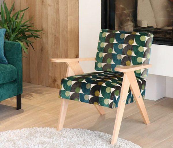 fauteuil de salon recouvert d'un tissu velours vintage