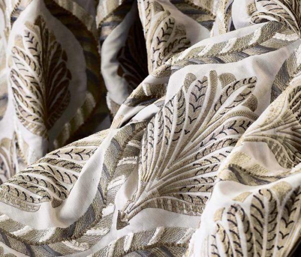 rideaux brodés sur une base de lin