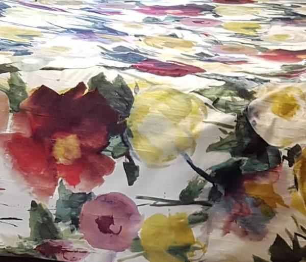 satin imprimé de larges fleurs façon aquarelle